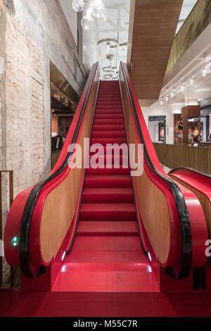 Cerca de escaleras en rojo T Fondaco dei Tedeschi, recientemente cerca de escaleras en rojo T Fondaco dei Tedeschi, recién renovado, compras de alta gama C