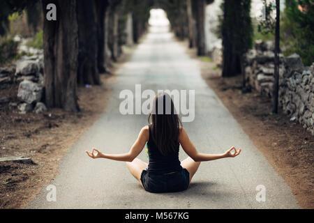 Calma despreocupada mujer meditando en la naturaleza.encontrar paz interior.La práctica del Yoga.La curación espiritual, estilo de vida.Disfruta de la paz,la terapia anti-estrés,mindfulness