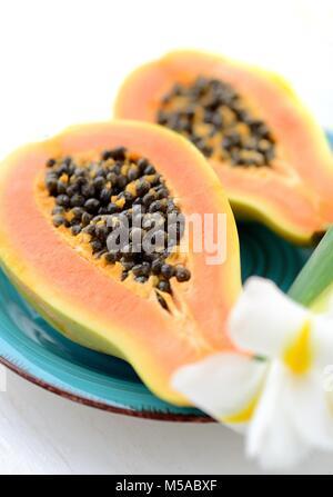 Papaya fruta sobre un fondo blanco.