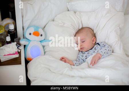 Enfermos, Bab chidl niño acostado en la cama con fiebre, descansando en casa