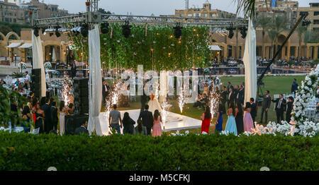 Tarde o vista nocturna de una fiesta de boda fuera en los jardines de la Mena House Hotel en Giza, El Cairo, Egipto, Norte de África
