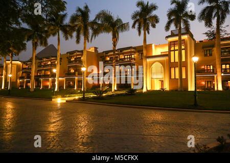 Tarde o vista nocturna de la Mena House Hotel en Giza, El Cairo, Egipto, Norte de África