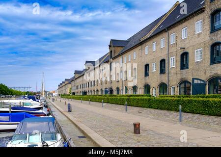 Copenhague, Dinamarca / Región Zelanda - 2017/07/26: Vista panorámica de la arquitectura contemporánea y canales de agua del distrito Christianshavn
