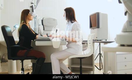 Examen oftalmológico moderno atractivo ojos de mujer con modernos equipos.