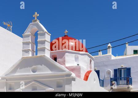 Típico edificio de la iglesia griega con cúpula roja en la ciudad de Mykonos. Las islas Cícladas, Grecia
