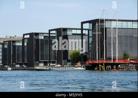 Modernos edificios de oficinas y Cirkelbroen (Círculo Puente) diseñado por Olafur Eliasson es un pedestrial bridge en Christianshavn Kanal en Christianshavn i