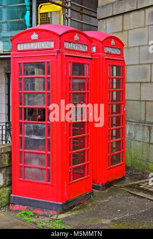 Este par de K6 de tipo cabinas telefónicas están ubicadas fuera de la antigua oficina de correos de cabeza Court Road Bridgend,S.Gales.Son Grado II enumeradas.