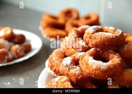 Un donut caseros, a pesar de la no-forma ideal, es un sabor superior a cualquier otro donut comprado en una tienda o en un supermercado porque fue creado Foto de stock