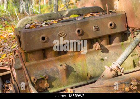 Rusty sigue asolando destruidos del viejo Opel Car halftruck, utilizado en la mina feldspat ahora abandonados. Evje, Noruega central.