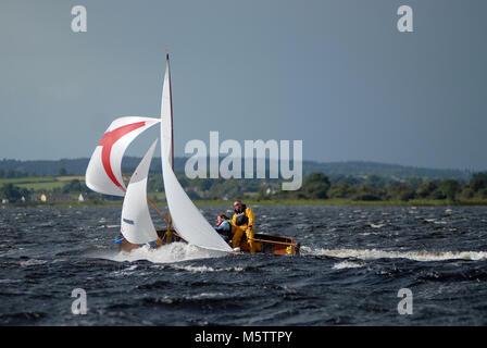 Un tradicional bote Wag agua carreras abajo Lough Ree durante el Irish sailing raid en el río Shannon en Irlanda. El barco está en peligro de naufragio.