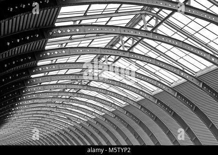 El magnífico trainshed curvo en York railway station.