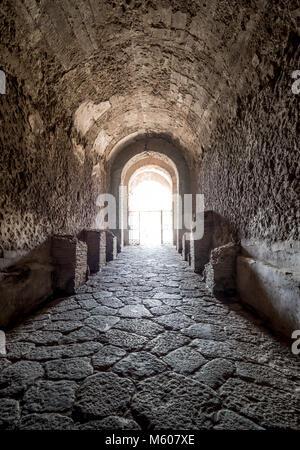 Túnel de entrada al anfiteatro de Pompeya, Italia.