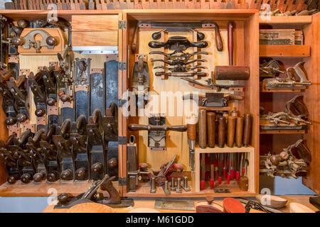 Colección de antiguas herramientas de carpintería de madera en un pecho. Mucha textura y calidez con un tema y aspecto vintage.