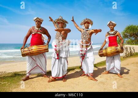 Grupo de bailarines vestidos con trajes tradicionales, Sri Lanka