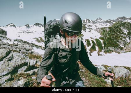 Hombre aventurero con mochila de viaje expedición escalando montañas supervivencia concepto de estilo de vida al Foto de stock