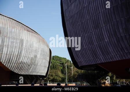 Roma, Italia. 01 noviembre, 2017. El Auditorio Parco della Musica, diseñado por el arquitecto Renzo Piano. Vista del revestimiento externo de dos de las tres c