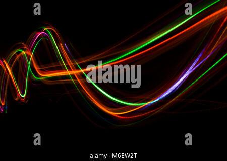 Línea abstracta borrosa de luz LED.En el fondo negro.