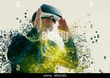 Una persona en gafas virtual vuela a píxeles. El Hombre con gafas de realidad virtual. La tecnología del futuro concepto. La moderna tecnología de diagnóstico por imagen. Fragmentado por píxeles.