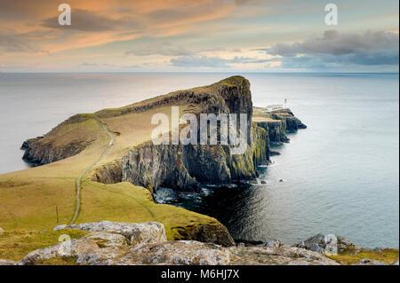 Neist Point es un popular mirador en el punto más al oeste de Skye. Foto de stock