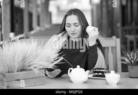 Chica en un café, sentarse y beber té