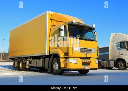 FORSSA, Finlandia - 18 de enero de 2014: Amarillo Renault Premium 410 Camión de entrega en parking en condiciones árticas. Renault Trucks objetivo es fabricar t