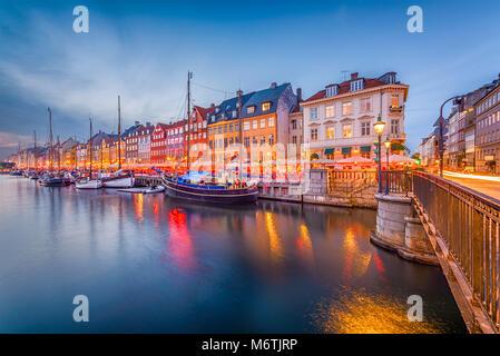 Copenhague, Dinamarca skyline en el Canal de Nyhavn en penumbra.