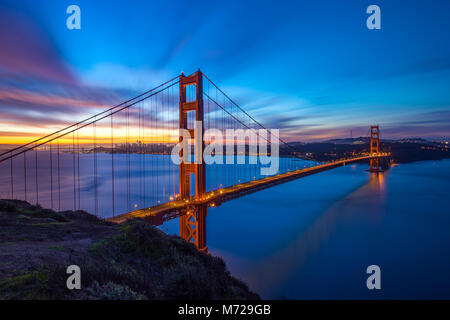 Golden Gate Bridge panorámica vista del amanecer con gran dinámica Sky