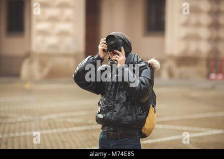 Turismo en Praga, disparo hombre caminando por las calles
