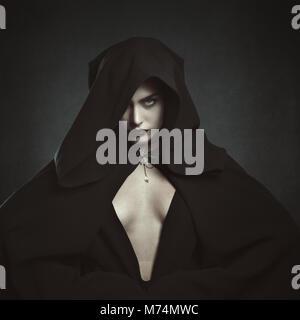 Misteriosa mujer vampiro encapuchado. Y gótica de Halloween Foto de stock