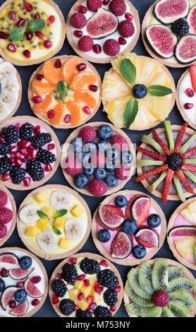 Coloridas tartas de fruta sobre un fondo de pizarra Foto de stock