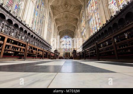 El coro con su piso, vitrales, y ventilador de techo en la capilla de King's College, Universidad de Cambridge, Inglaterra.