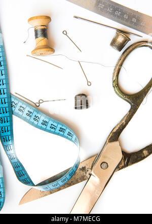 Vista aérea de viejas herramientas y accesorios de costura