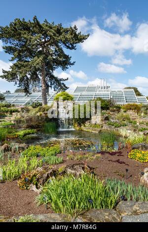 Londres, Reino Unido - 18 de abril de 2014. Jardín de rocas y Princess of Wales Conservatory en el Jardín Botánico de Kew. Los jardines fueron fundados en 1840.
