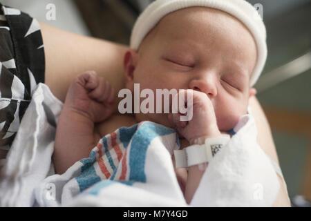 Un bebé recién nacido que se celebró en el hospital por su madre el día en que nació.