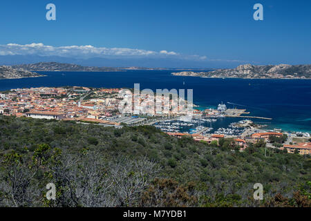 Palau, en la provincia de Sassari, en la costa noreste de Cerdeña, Italia. La montaña en la distancia se encuentran en la isla francesa de Córcega.