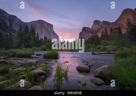 Valle de Yosemite y el río Merced al atardecer, el Parque Nacional Yosemite, California, USA. La primavera (junio) de 2015.