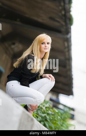 Adolescente adolescente aka mujer joven piernas talones