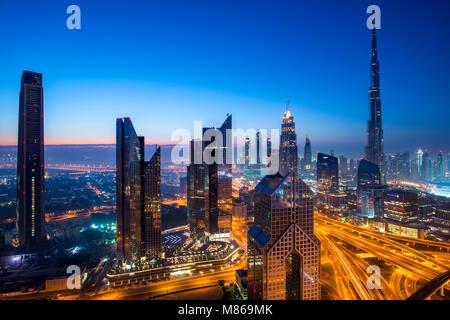 Paisajes urbanos de día y de noche, con Singapur o Dubai. Para Singapur, con Marina Bay Sands por el puerto. Dubai Foto de stock