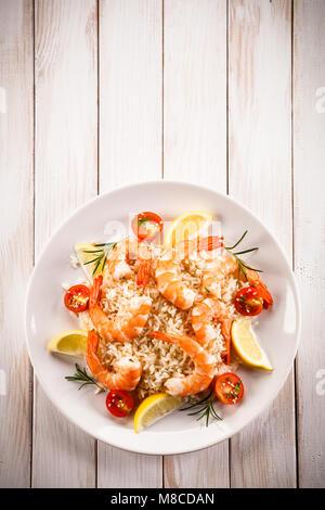 Camarones con arroz blanco y vegetales Foto de stock