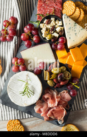 Fancy Gourmet Charcuterie junta con carne, queso y uvas