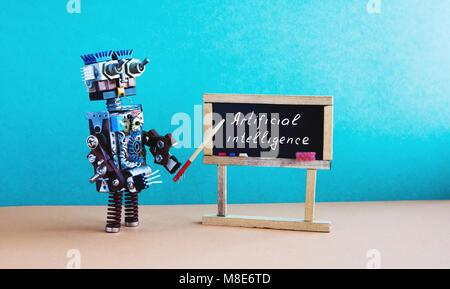 Concepto de inteligencia artificial. Robot Maestra explica teoría moderna. Aula interior con cotización manuscrita sobre negro pizarra. Fondo interior marrón verde