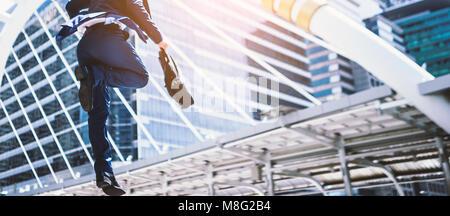 Hombre de negocios Carear saltando corriendo delante de los edificios