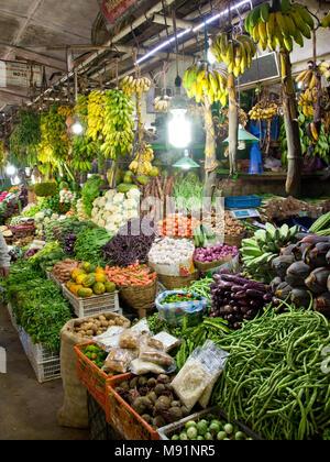 Uno de los vibrantes coloridos puestos en el Mercado Central de Nuwara Eliya venta homegrown frescas frutas y verduras.