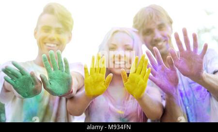 Los jóvenes feliz mostrando coloridos palmeras para cámara, promoción de eventos de caridad Foto de stock