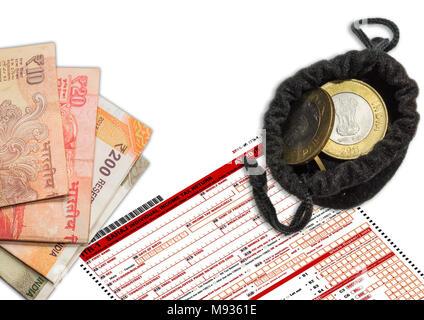 El formulario de impuestos ITR-1 con moneda Rupia India 10 monedas en la bolsa