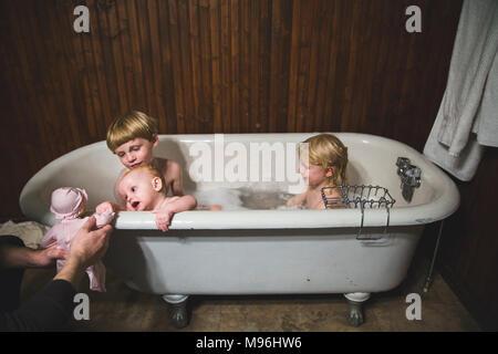 Los niños, niñas y bebés jugando el baño.