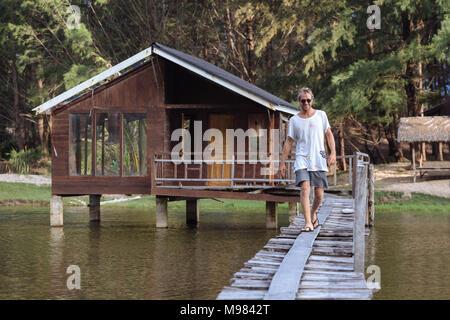 Indonesia, Sumatra, joven caminando en pasarela