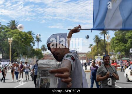 Buenos Aires, Argentina, el 24 de marzo de 2018, Ciudad de Buenos Aires, Argentina.- Miles de personas de marzo a mayo Square (Plaza de Mayo) en el 42 aniversario de la última dictadura gobierno. Crédito:: /Zuma alambre/Alamy Live News