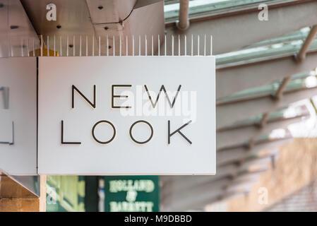 Daventry REINO UNIDO El 13 de marzo de 2018: Nueva mirada logo signo en shopfront de comercio minorista en el REINO UNIDO Foto de stock