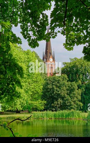 Mirando a través de los árboles en una pequeña capilla de Johannapark (Clara-Zetkin-Park), Leipzig, Alemania Foto de stock